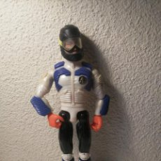Action man: FIGURA ACTION MAN ESQUIADOR CON CASCO INCORPORADO ZAPATILLAS NARANJAS MUÑECO HASBRO 1999. Lote 264201436