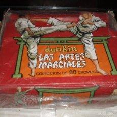 Coleccionismo Álbum: LAS ARTES MARCIALES DUNKIN CAJA EXPOSITOR DE LOS SOBRES DE CROMOS COMPLETA. Lote 56176350