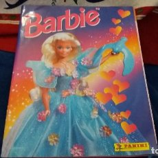 Coleccionismo Álbum: PANINI ALBUM BARBIE TM COMPLETO A FALTA DE 7 CROMOS CON POSTER CENTRAL. LEER. Lote 107823375