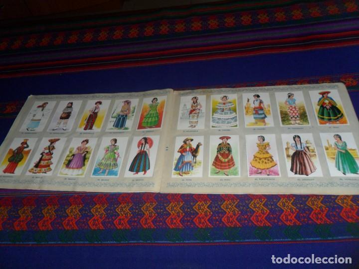 Coleccionismo Álbum: TRAJES TÍPICOS DE TODO EL MUNDO COMPLETO 216 CROMOS MAGA 1977. REGALO MUNDO EN GUERRA VACÍO PLANCHA. - Foto 2 - 118237167