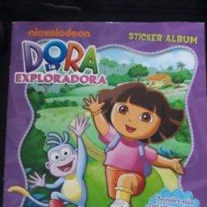 Coleccionismo Álbum: DORA LA EXPLORADORA. PANINI 2011. COMPLETO. CON POSTER CENTRAL. Lote 154409814