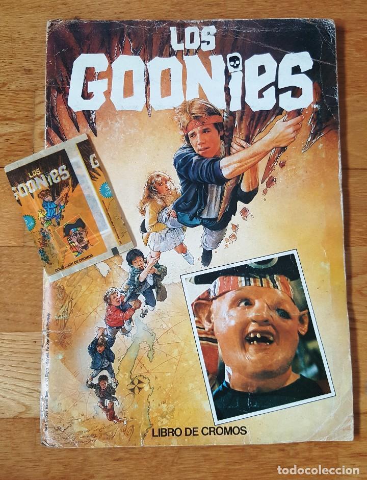 ÁLBUM DE CROMOS LOS GOONIES ED. PACOSA DOS COMPLETO 1985 + SOBRE CON CROMOS (Coleccionismo - Cromos y Álbumes - Álbumes Completos)