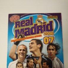 Álbum de fútbol completo: REAL MADRID 2006 07. COLECCIÓN DE CROMOS OFICIAL. COMPLETA CON CROMOS PEGADOS. PANINI SPORTS.. Lote 178911448