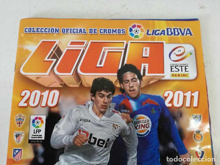 ALBUM DE FÚTBOL CON CROMOS, LIGA 2010-11, COLECCIONES ESTE, COLOCAS, COMPLETO, TODOS FOTOGRAFIADOS (Coleccionismo Deportivo - Álbumes y Cromos de Deportes - Álbumes de Fútbol Completos)