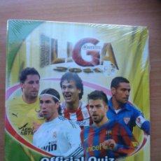 Coleccionismo deportivo: ALBUM ARCHIVADOR DE ANILLAS OFFICIAL QUIZ GAME 2010-2011 MUNDICROMO - NUEVO PRECINTADO 10/11 HOJAS. Lote 179062861