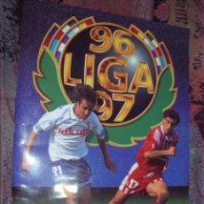 Coleccionismo deportivo: ALBUM LIGA ESTE 96 97 MUY COMPLETO CON EL CROMO EZQUERRO DEL ATLETICO DE MADRID CON 504 CROMOS. Lote 55308336