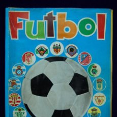 Coleccionismo deportivo: ALBUM FUTBOL. CROMOS TROQUELADOS AUTOADHESIVOS. EDITORIAL MAGA. FALTAN 48 DE 450 CROMOS. AÑO 1975. Lote 57190054