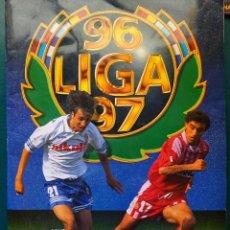 Coleccionismo deportivo: ÁLBUM DE CROMOS DE FÚTBOL. CONTIENE 499 CROMOS. LIGA 96 97 1996 1997. MUY COMPLETO. 490 GR. Lote 122827927
