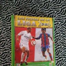 Coleccionismo deportivo: DIFÍCIL ÁLBUM ARCHIVADOR DE CARTÓN VACÍO - FICHAS DE LA LIGA 2005-2006, FÚTBOL MUNDICROMO 05-06. Lote 135609822
