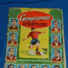 Coleccionismo deportivo: (M) ALBUM CAMPEONES LAS MAS FAMOSAS FIGURAS DEL FUTBOL ESPAÑOL , EDT BRUGUERA, FATIGADO !!!!. Lote 140778086