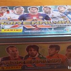 Coleccionismo deportivo: LOTE DE 724 CARDS ADRENALYN + CAJA METALICA LIGA DE FUTBOL 2012-2013 (12-13) PANINI. NUEVOS. Lote 135279070