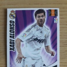 Coleccionismo deportivo: FÚTBOL XABI ALONSO REAL MADRID ADRENALYN XL 2009 2010 PANINI. Lote 194395518