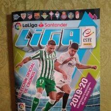 Coleccionismo deportivo: ÁLBUM LIGA 2019-20 ESTE PANINI VACÍO Y 6 CROMOS. Lote 173561510