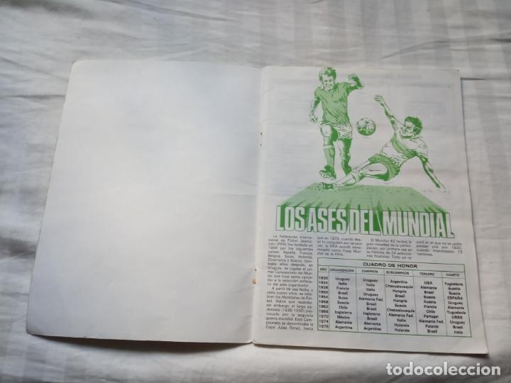 Coleccionismo deportivo: ALBUM ED VENLICO 82 CROMO FUTBOL LIGA 1982 MUNDIAL - VACIO CROMOS DESPEGADOS - Foto 2 - 177404252