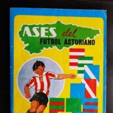 Coleccionismo deportivo: ÁLBUM CROMOS NUEVO + MEDALLA ASES DEL FÚTBOL ASTURIANO 98% COMPLETO ORIGINAL LA NUEVA ESPAÑA. Lote 190770375