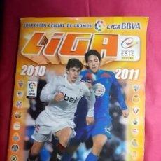 Coleccionismo deportivo: ALBUM DE CROMOS . LIGA 2010 2011. COLECCIONES ESTE. PANINI. INCOMPLETO. CONTIENE 525 CROMOS. Lote 192020461