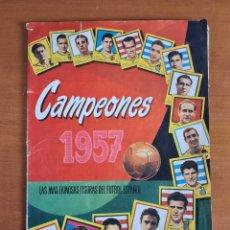 Coleccionismo deportivo: ÁLBUM CROMOS CAMPEONES 1957 FIGURAS FÚTBOL ESPAÑOL - DI STÉFANO KUBALA SUÁREZ BARÇA REAL MADRID. Lote 219735936