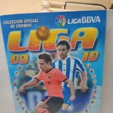 Coleccionismo deportivo: ÁLBUM CASI COMPLETO LIGA 2009/10 ESTE CON VARIOS DIFICILES CON 455. Lote 262807655