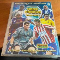 Coleccionismo deportivo: ALBUM MEGA CRACKS 2005 2006 PANINI CON 405 TRADING CARDS. NO ESTÁ MESSI (AB-3). Lote 269193538