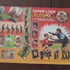 Coleccionismo deportivo: ÁLBUM DE CROMOS APRENDE A JUGAR AL FÚTBOL CON JOHAN CRUYFF CASI COMPLETO FALTAN 63 CROMOS DE 272. Lote 288097593