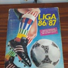Coleccionismo deportivo: ALBUM LIGA ESTE 86/87 CON 305 CROMOS PEGADOS. Lote 295623938