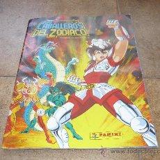 Coleccionismo Álbumes: ALBUM DE CROMOS LOS CABALLEROS DEL ZODIACO I 1986 CON POSTER CON MAS DE 139 CROMOS . Lote 28512340