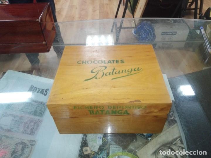 CAJA DE MADERA FICHERO DEPORTIVO CHOCOLATES BATANGA AÑO 1954 (Coleccionismo - Cromos y Álbumes - Álbumes Incompletos)