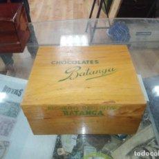 Coleccionismo Álbumes: CAJA DE MADERA FICHERO DEPORTIVO CHOCOLATES BATANGA AÑO 1954. Lote 194331944
