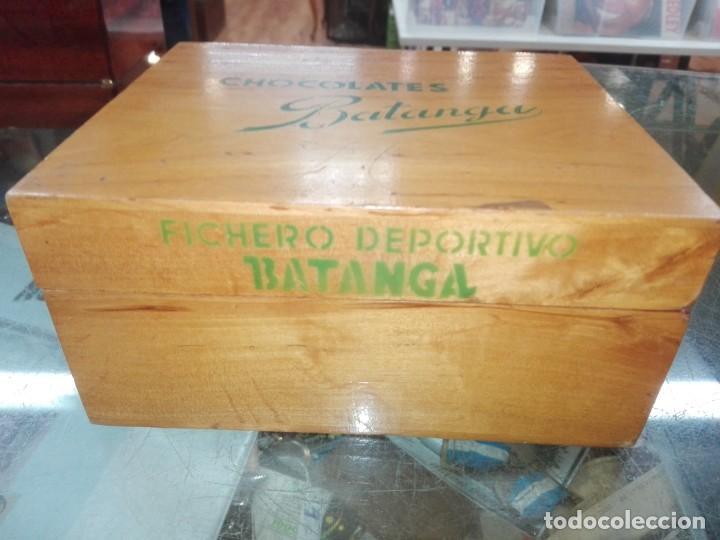 Coleccionismo Álbumes: CAJA DE MADERA FICHERO DEPORTIVO CHOCOLATES BATANGA AÑO 1954 - Foto 2 - 194331944