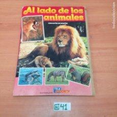 Coleccionismo Álbumes: ÁLBUM DE CROMOS INCOMPLETO AL LADO DE LOS ANIMALES. Lote 194864363