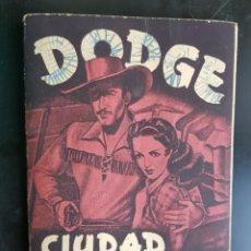 Coleccionismo Álbumes: ÁLBUM CROMOS DODGE MUY BIEN CIUDAD SIN LEY 95% COMPLETO FHER 1949. Lote 224828930