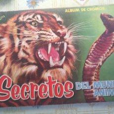 Coleccionismo Álbumes: ANTIGUO ALBUM CROMOS COMPLETO SECRETOS DEL MUNDO ANIMAL. Lote 251691985