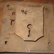 Antigüedades: CERRADURA SIN LLAVE DE 20 X 19CMS. Lote 3997315