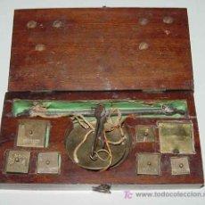Antigüedades: ANTIGUA BALANZA Y PESA - SIGLO XVIII - XIX - CON SUS PESAS MARCADAS EN DOBLONES Y DUROS, CONTIENE LA. Lote 26742322