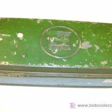 Antigüedades: ANTIGUA LATA ACCESORIOS MAQUINAS DE COSER SIGMA - APROX 1950. Lote 8490582