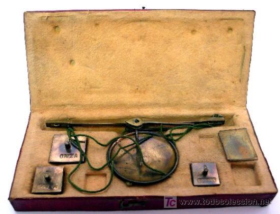 BALANZA QUILATERA PORTÁTIL - DE LATÓN CON CAJA INTERIOR DE PIEL DE GAMUZA - S. XIX (Antigüedades - Técnicas - Medidas de Peso - Balanzas Antiguas)