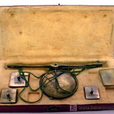Antigüedades: BALANZA QUILATERA PORTÁTIL - DE LATÓN CON CAJA INTERIOR DE PIEL DE GAMUZA - S. XIX. Lote 26515754