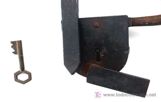 Antigüedades: ESPECTACULAR CANDADO DE BARRA EN HIERRO FORJADO - COMPLETO CON LLAVE - S- XVIII - XIX - Foto 2 - 26971043