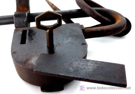 Antigüedades: ESPECTACULAR CANDADO DE BARRA EN HIERRO FORJADO - COMPLETO CON LLAVE - S- XVIII - XIX - Foto 3 - 26971043