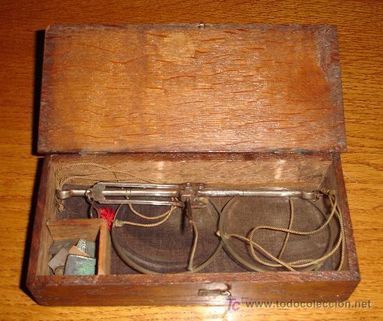 Antigüedades: Antiguo juego de pesas con estuche de madera y balanza S.XIX - Foto 2 - 27155925