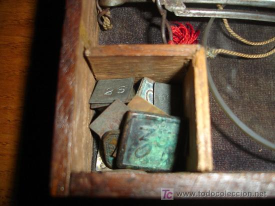 Antigüedades: Antiguo juego de pesas con estuche de madera y balanza S.XIX - Foto 4 - 27155925
