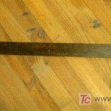 Antigüedades: REGLA, FALSA ESCUADRA DE SASTRE DE NOGAL. MEDIDA 106X43 CM. Lote 24689119