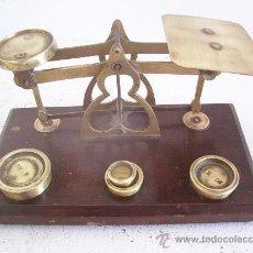Antigüedades: BONITA BALANZA DE CARTAS DE LATON CON BASE DE MADERA, LAS PESAS EN ONZAS. Lote 21698911