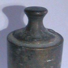 Antigüedades: PEQUEÑO Y ANTIGUO PESO PARA BASCULA 100 GRAMOS. Lote 115624318