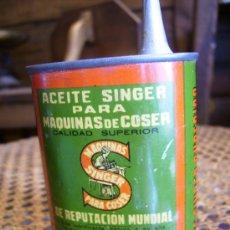 Antigüedades: ACEITERA AUTENTICA ORIGINAL DE MAQUINA DE COSER SINGER, LATITA DE SINGER 8X6. Lote 26696210