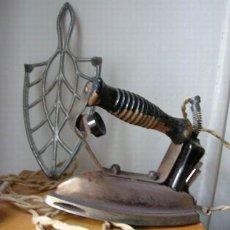 Antigüedades: PLANCHA ELÉCTRICA CON SOPORTE . Lote 27483834