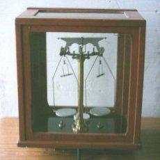 Antigüedades: BALANZA DE PRECISION MADERA DE NOGAL – ROBLE . Lote 26351057