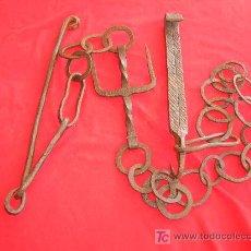Antigüedades: LLAR CADENA DE HIERRO SIGLO XVI FORJADO Y CINCELADO. MUY BONITO MIDE 2 METROS.. Lote 27546150