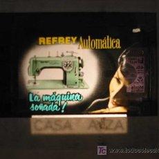 Antigüedades: ANTIGUA PUBLICIDAD EN CRISTAL PARA CINES : MÁQUINA DE COSER REFREY AUTOMÁTICA. Lote 19361070