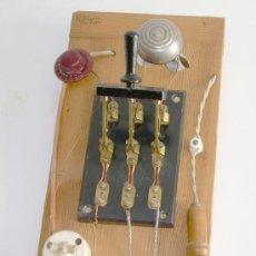 Antigüedades: CUADRO HECHO CON APARATOS Y MATERIALES ANTIGUOS DE ELECTRICIDAD. Lote 26350440